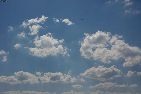 пушстые облака летней деревни
